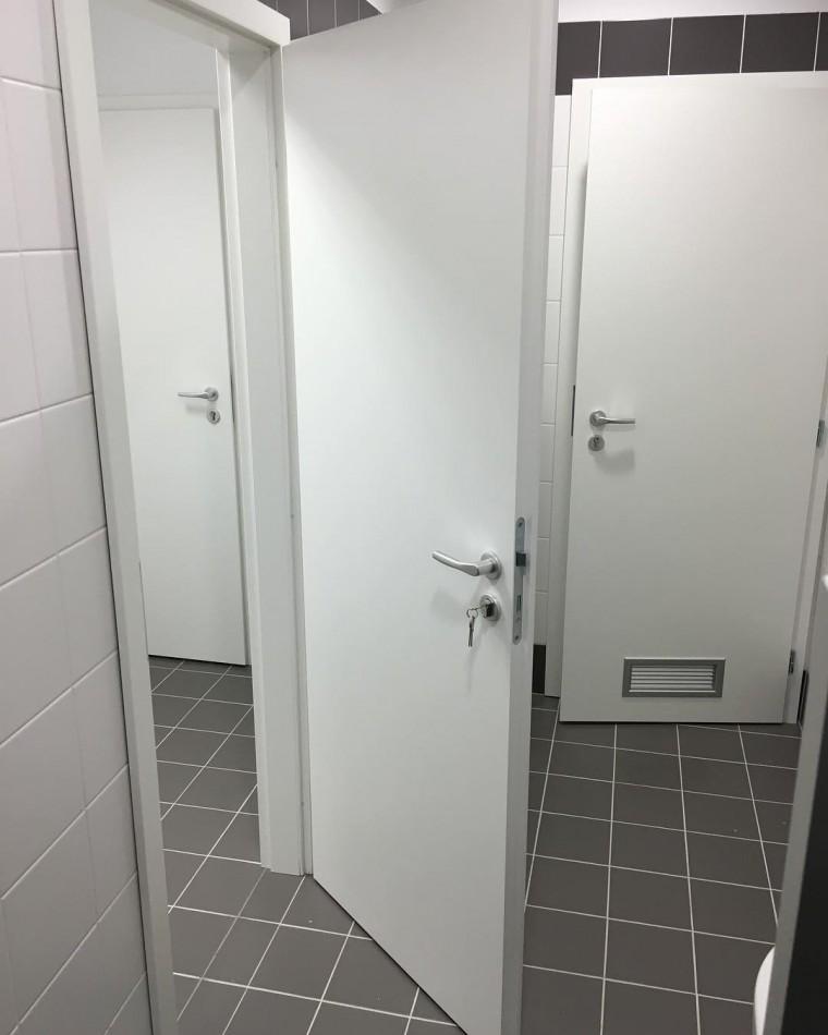 Dvere Pol-Sklone biele WC Trenčín