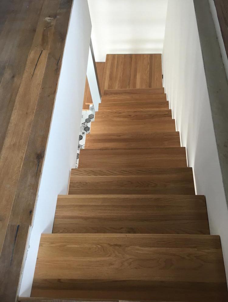 Dubové masívne schody na mieru